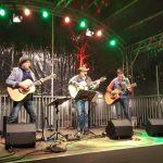 Zu sehen sind die drei Bandmitglieder von Southern Cross auf einer winterlichen Bühne